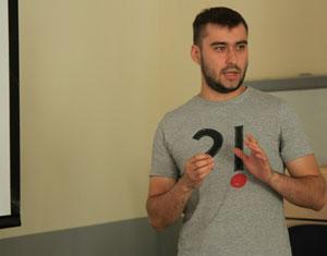 Игорь Сазонов выступает с докладом